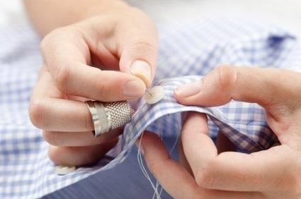 Пришить пуговицу к юбке